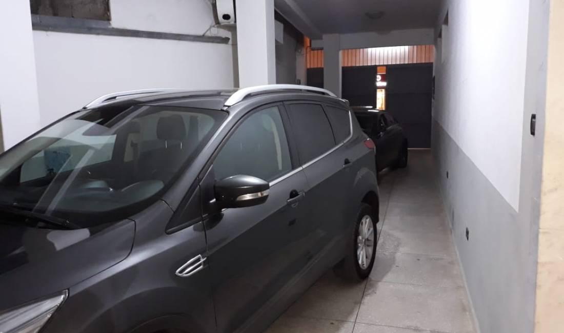Shtepi me qera 3+1 ne Tirane me garazh dhe oborr