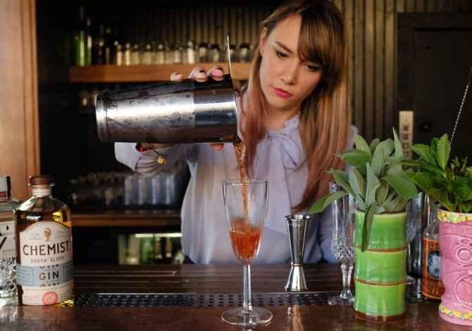 kamariere banakiere Bar Caffee Kerkon te punesoje Kamariere dhe Banakiere